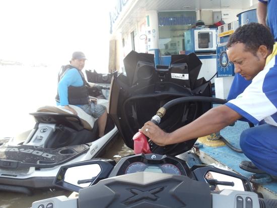 Thiago e eu, abastecendo  na saída de Belém