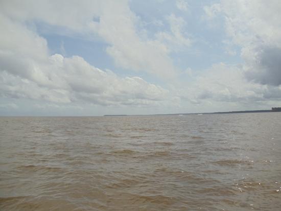 As águas do Tocantins juntam-se, nesse ponto aí, às águas do Amazonas, formando o chamado  Golfão Amazônico, área de grande instabilidade provocada pela ação das marés, das correntes marinhas, e dos ventos. Na viagem de ida, os Jets guerrearam bravamente para superar as pesadas ondas, num trecho de quase uma hora. Os Jetkistas tiveram que se desdobrar para suportar a forte pancadaria de água. Na viagem de volta, domingo, a foz do Tocantins estava calma, o que possibilitou o registro dessas imagens. Ao fundo, temos o arquipélago de Marajó