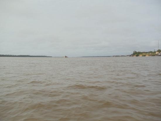 Embarcação desce Tocantins em frente Cametá