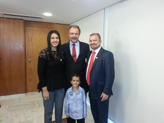 Na solenidade, em Brasília, agora há pouco, prefeito de Marabá,  ao lado de Bia Cardoso, sua esposo; e do filho, João Gabriel -, encontra-se com ministro da Educação, Aloísio Mercadante,.