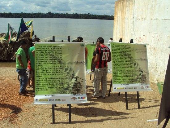 Banners colocados na rampa de Praia Norte informam sobre a balsa