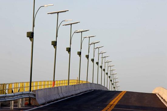 Ponte recebeu instalação de placas para captar a energia solar e garantir a iluminação. (Foto de Antonio Silva)