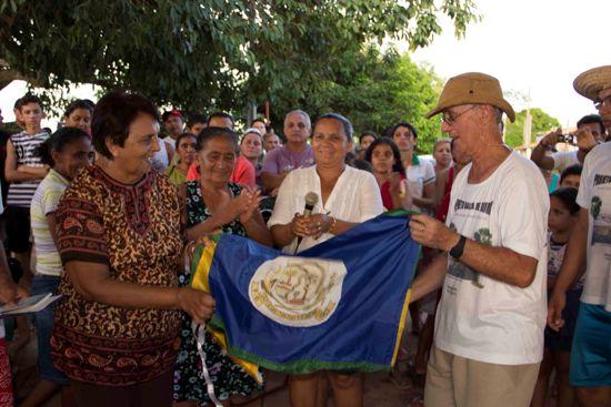 Noé recebe a bandeira do município....