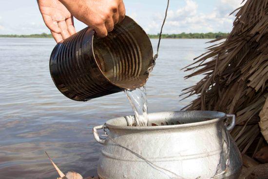O pequeno fogão de barro utilizado no preparo das refeições diárias.