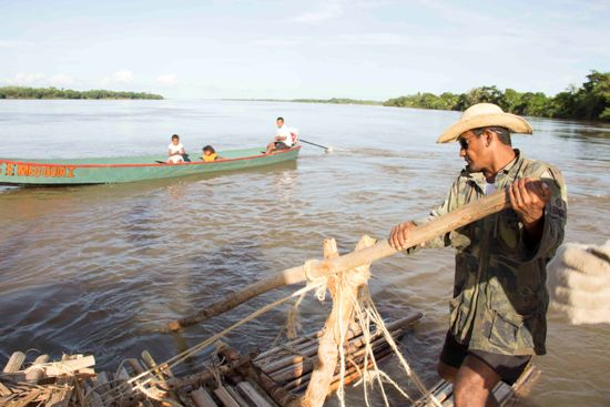 Ribeirinhos, curiosos, procuram sempre chegar perto da balsa, de canoa ou em rabetas. A expedição ganhou notoriedade em todo o médio Tocantins.