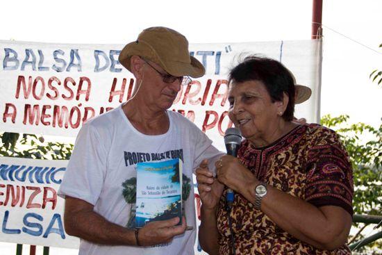 Noé é recebido pelas autoridades. Livro editado pelos educadores de São Sebastião, entregue ao presidente da FCCM, conta estórias das balsas.que desciam o rio.