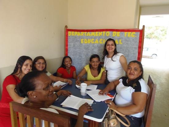 Lorena (de pé) com um dos grupos de educadores