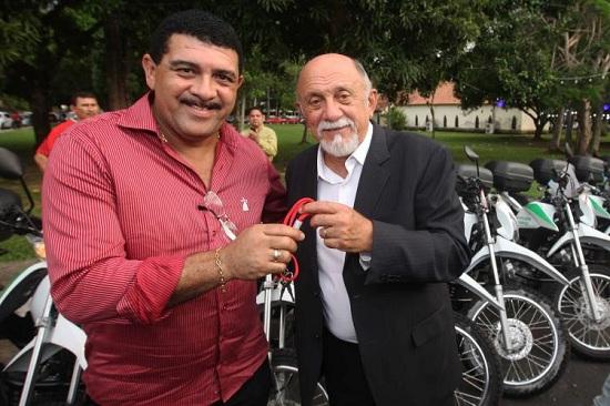 Prefeito de Ipixuna do Pará, Salvador Chamon (PT), recebe de Jatene equipamentos para melhorar o monitoramento ambiental.