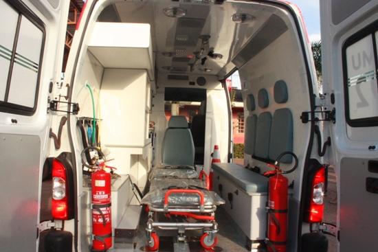 ...Ambulância equipada com UTI
