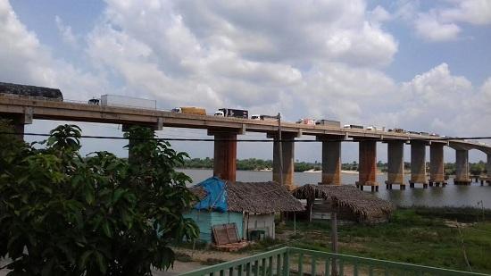 tráfego lento de veículos sobre a ponte do rio Araguaia depois de liberada a rodovia Transamazônica