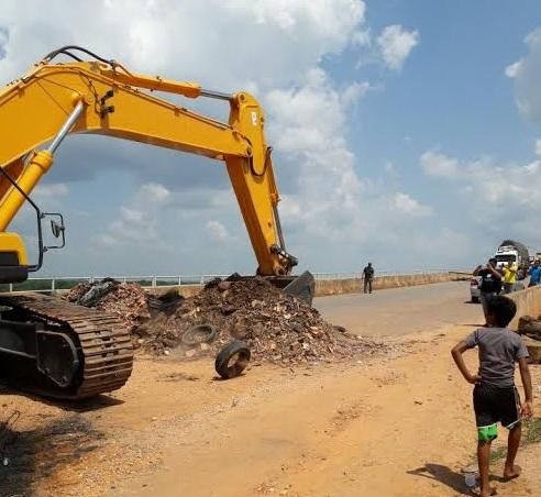 Máquina retira obstáculos que fechavam a ponte sobre o rio Araguaia, depois de acordo entre manifestantes e Dnit.