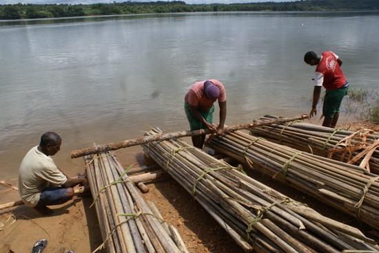Equipe trabalha na construção da balsa de buriti, às margens do Tocantins, na cidade de Estreito (MA).