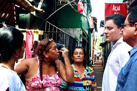 Moradores conversam com Procurador Regional dos Direitos do Cidadão, Felipe Moura Palha.