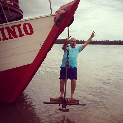 De pai pra filho: comandante Cláudio Pinheiro, fazendo exercício na grande âncora do barco.