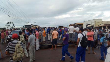 Com salários atrasados, operários fecham rodovia em Altamira