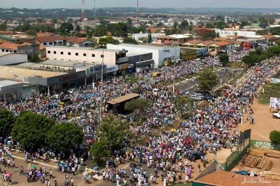 As duas pistas da principal avenida de Marabá, VP-8, ficaram tomadas por fiéis. Mais de cem mil pessoas nas ruas de Marabá
