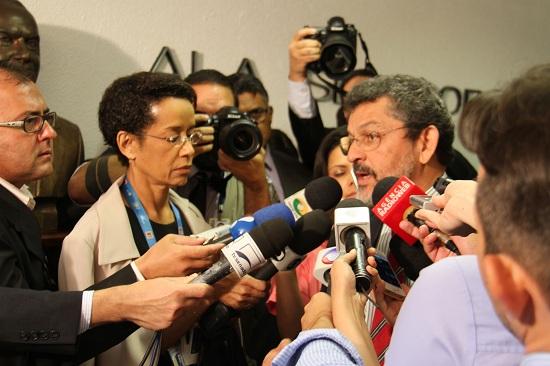 Depois de aclamado presidente da CPI, Paulo Rocha é cercado por repórteres