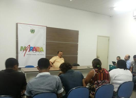 Prefeito, comissão de moradores e executivos da Celpa, no auditório da prefeitura