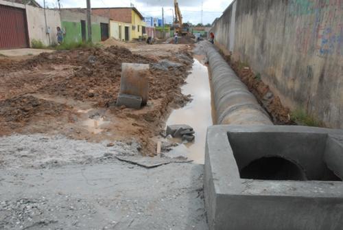 Como todas as obras de pavimentação recebem serviços de drenagem, a Afro Sampaio também ganhou sua estrutura de esgotamento, antes de aplicação do asfalto.