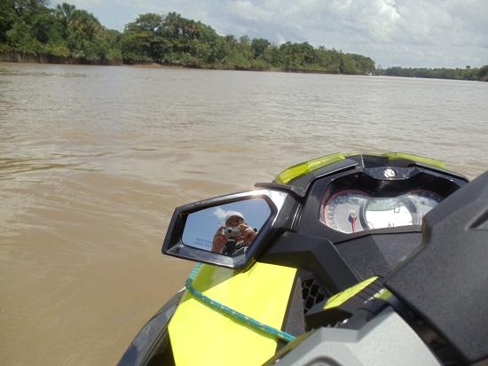 De jetski, observando o Igarapé-Miri, agora com uma ponte para diminuir distâncias.