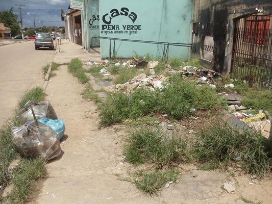 Entulho de construção e lixo jogados em calçada da folha 28