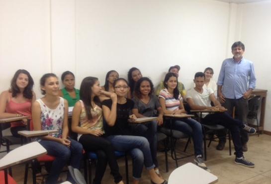 Na sala de aula, Davi empolga alunos falando de Platão e Aristóteles.