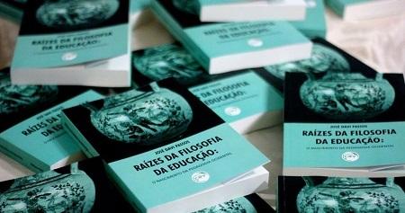 """Professor Davi Passos lança livro """"Raízes da Filosofia da Educação: O nascimento da Pedagogia Ocidental"""""""