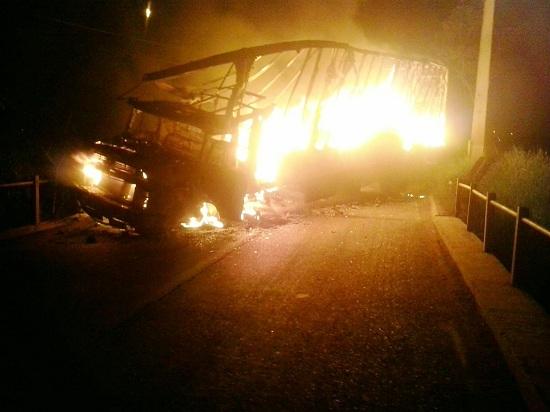 Veículo incendiado na ponte que liga Eldorado a Parauapebas. ( Foto: Divulgação PC)