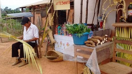 Agricultor expõe sua produção na feira do Burgo