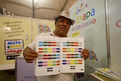 Dilma Cunha mostra o livro 'Aprendendo e Brincando com a Tabuada Colorida', que desmistifica o aprendizado da matemática