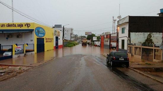Residências e lojas invadidas por águas da chuva. Folha 32 vive flagelo