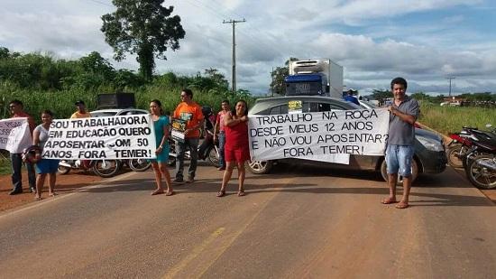 Paraenses fecham BR-155 contra o governo Temer