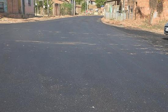 Estrada para a praia do Geladinho começou a receber asfalto. Obra contempla ainda serviços de meio fio e sarjeta.