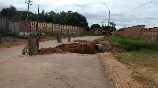 Drenagem rompida na Estrada do Geladinho começa a ser corrigida