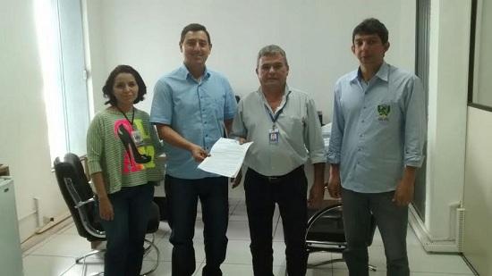 Ao centro, Ricardo Rosa, Secretário de Gestão Fazendária de Marabá; e Gilson Bogéa, Coordenador Regional da Jucepa - , discutindo ajustes do convênio.