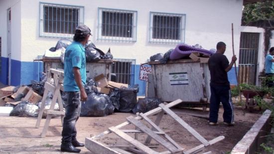 Agente de contaminação de pacientes internados, o lixo que se acumulava no Hospital Municipal foi retirado.