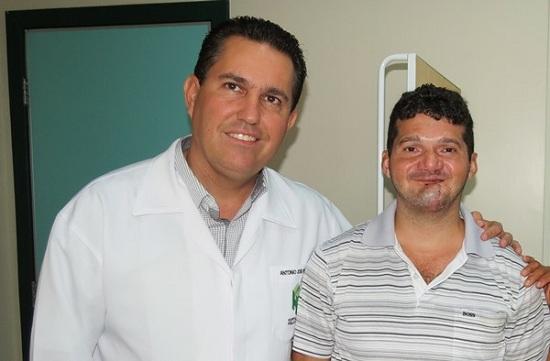 Marcos ao lado do cirurgião buco-maxilo, Antônio José Pimenta Chaves).