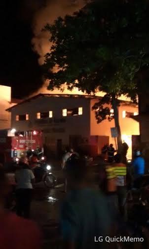 Ao lado do Centro Administrativo, na Folha 32 (Nova Marabá), prédio do Arquivo Municipal é devorado pelo fogo