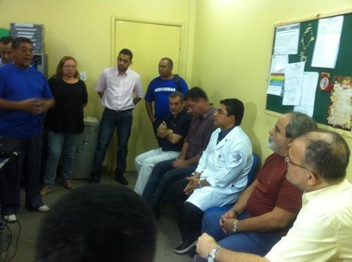 Sindicalistas conversam com prefeito, no Hospital Municipal