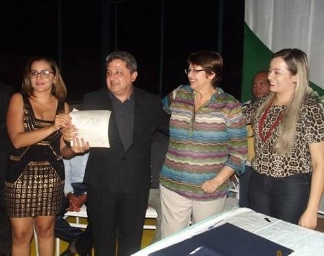 Jair Farias, ao lado da esposa Theresa (E), recebendo das representes da Superintendência do Patrimônio da União (D),  Termo da Regularização Fundiária do município de Sítio Novo.