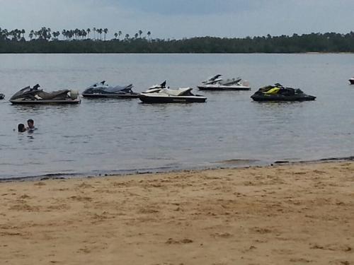 Jets fundeados na Praia da Aldeia, em Cametá (Foto Cláudio)