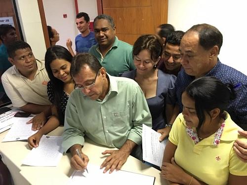 No Cartório Eleitoral, Jorge Bichara registra sua chapa, tendo como vice a jovem Celene Lima - à esquerda dele, na foto.