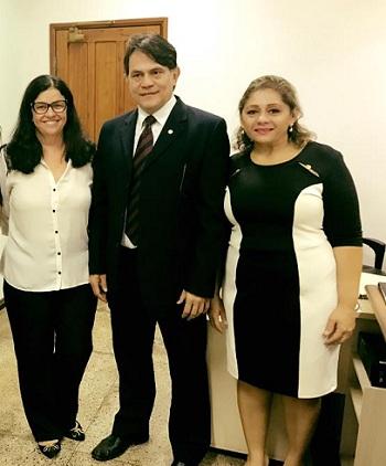 """Advogada vencedora Kelli Rangel; juiz da 2a Vara, Jônatas Andrade, e advogada Ocilda Nunes, colega da """"Advogada Conciliadora 2016""""."""