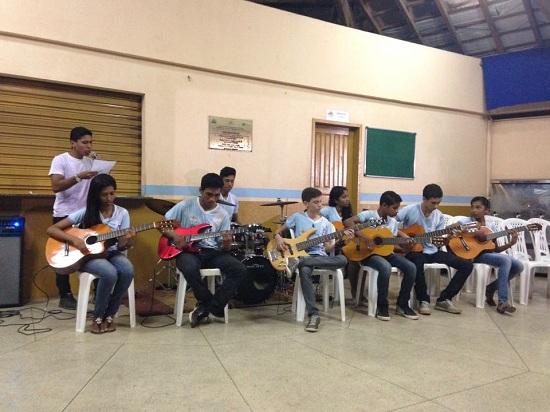 Grupo de Violões, formado por jovens alunos da Escola de Música da Casa da Cultura, recepcionou a noite de autógrafos.