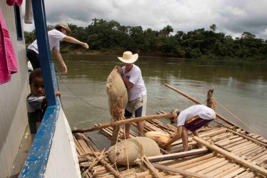 Embarcando sacos de milho e arroz, como faziam os antepassados.