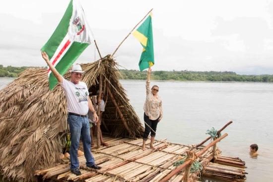 Luiz Carlos, vice-prefeito de Marabá, e Júlia Rosa, ptresidente da Câmara: saudação aos dois símbolos municipais, na hora da partida da balsa de Estreito.