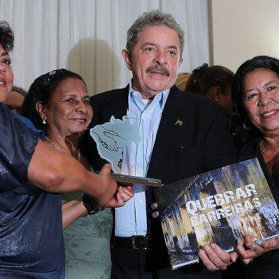 Lula  recebe prêmio Bacurau, ontem à  noite, no Rio de Janeiro.