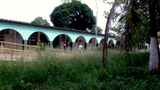 Matagal cercava o Hospital Municipal em sua parte interna