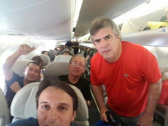 Viajantes ainda no avião, antes do desembarque em Marabá, hoje pela manhã.