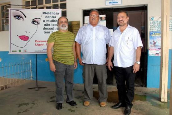 Médico cubano Sergio Reis Gonzales, entre Nagib Mutran e o prefeito João Salame